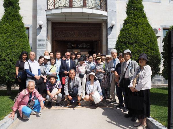タシケント「日本人抑留者資料館」スルタノフ館長と一行